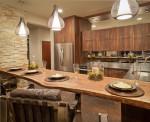 Cocina rústica de madera y pared de piedra