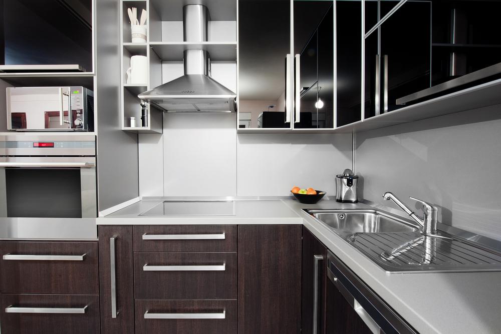 Cocina moderna en tonos blancos y wengu fotos para que for Cocinas cuadradas modernas