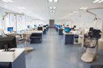 Gran gabinete dental con suelo azul y paredes blancas