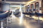 Gran peluquería moderna con suelo gris