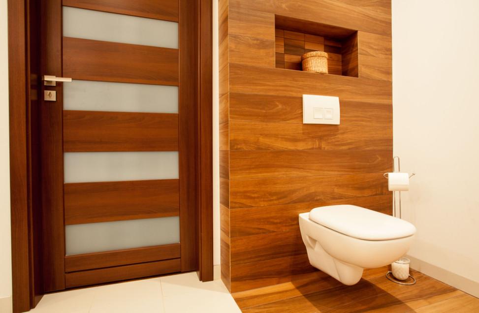 Inodoro suspendido sobre revestimiento y suelo de madera Revestimiento bano moderno
