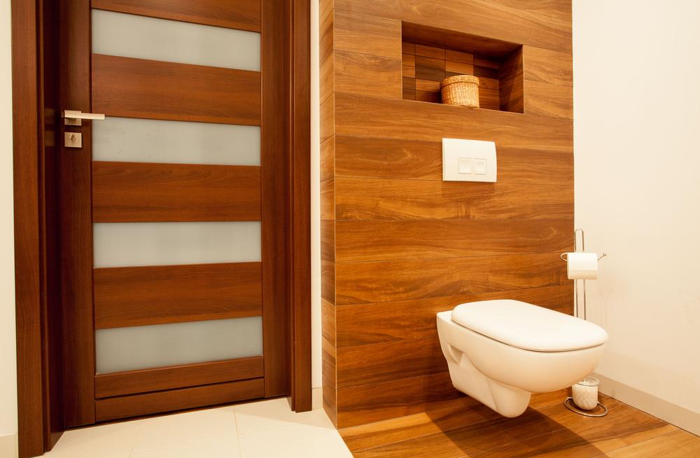 Inodoro suspendido sobre revestimiento y suelo de madera - Banos con suelo de madera ...