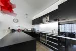 Moderna cocina en negro y lámpara roja