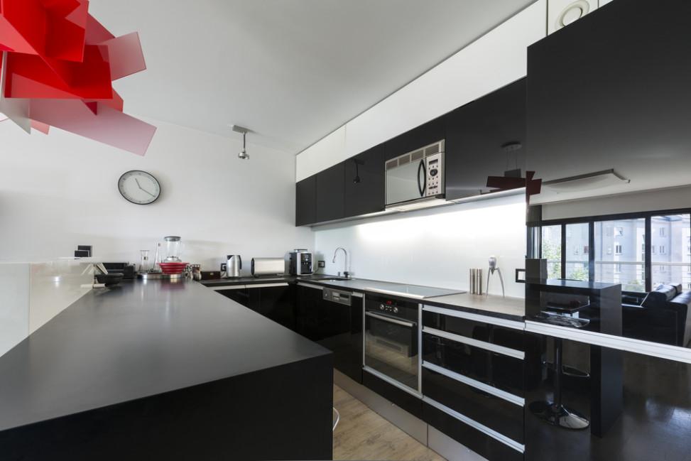 moderna cocina en negro y lmpara roja
