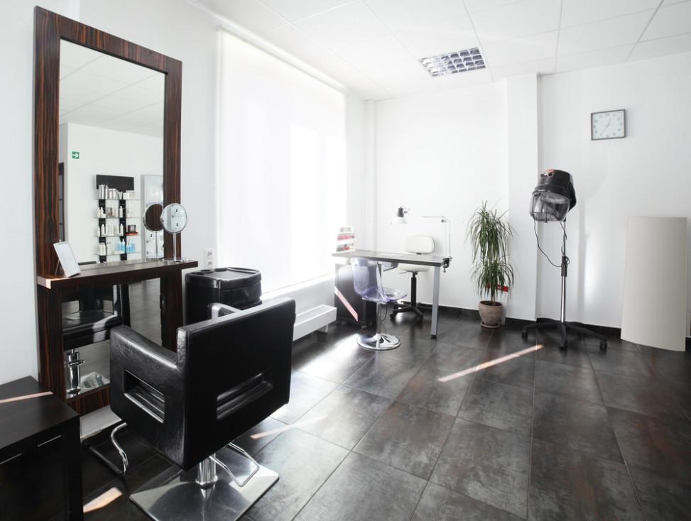 Peluquer a moderna con suelo envejecido fotos para que te for Iluminacion para peluquerias