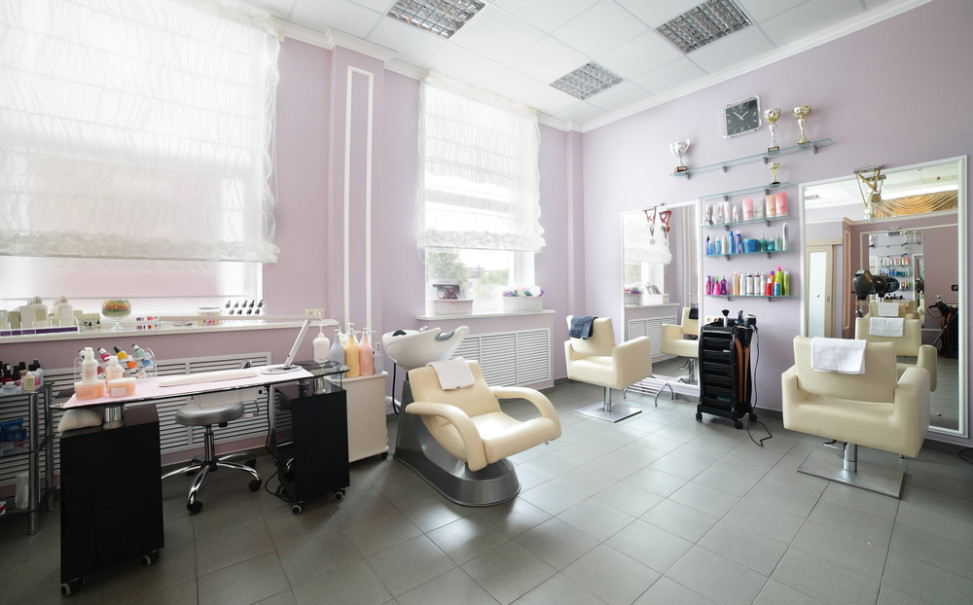 Peluquer a ecl ctica con paredes rosas fotos para que te for Iluminacion para peluquerias