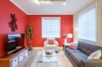 Salón exótico con paredes rojas