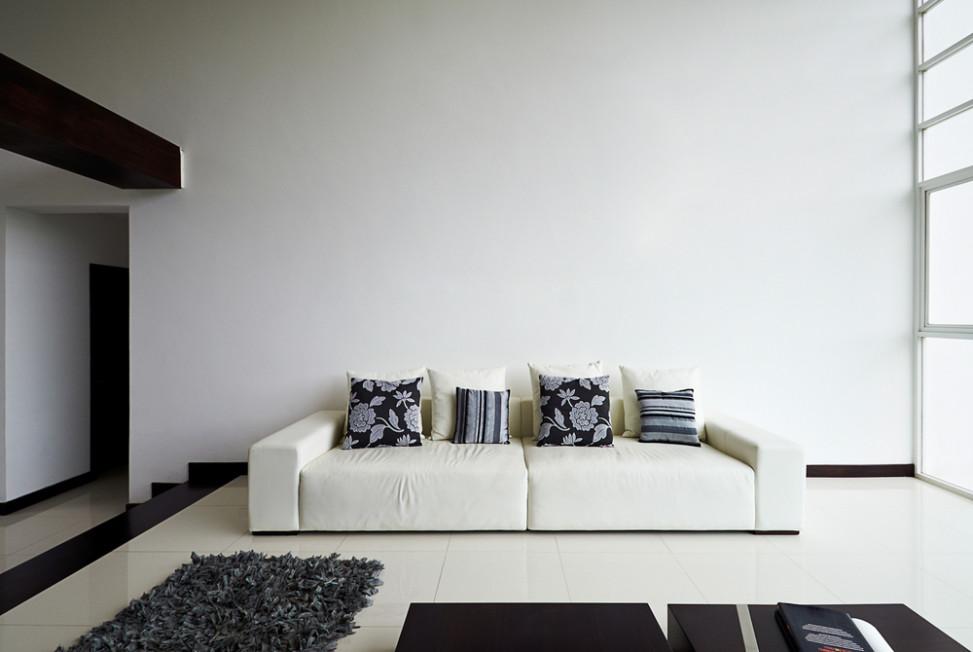 Sal n minimalista con sof blanco fotos para que te for Foto minimalista