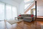 Salón minimalista con suelo de parquet