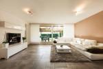 Salón minimalista en blanco y salmón