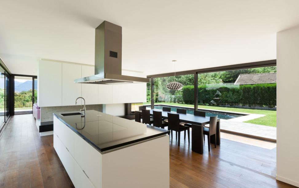Cocina comedor minimalista con grandes cristaleras fotos for Cocina comedor con isla