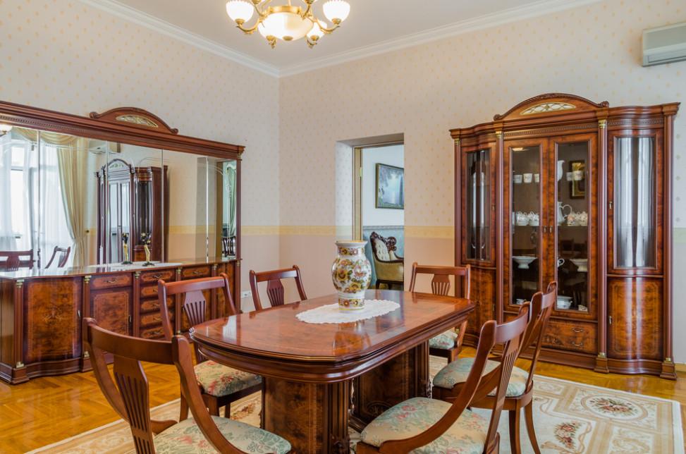 Comedor cl sico con madera de cerezo fotos para que te for Como modernizar un comedor clasico