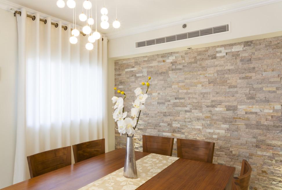 Comedor con pared revestida en piedra. Fotos para que te inspires ...