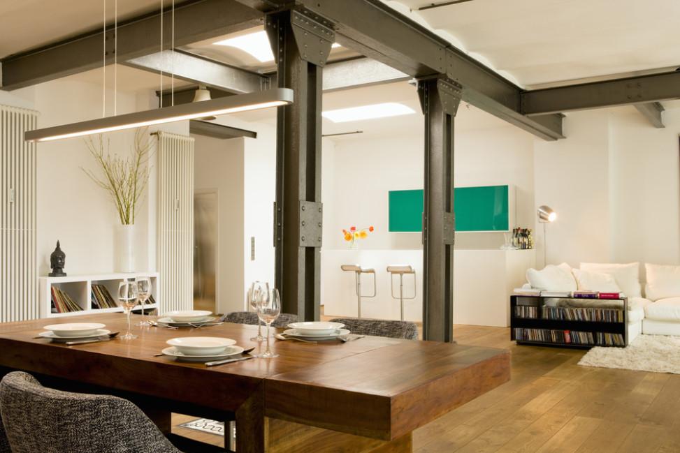 comedor de estilo industrial con columnas de hierro fotos