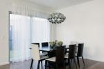 Comedor minimalista con lámpara colgante