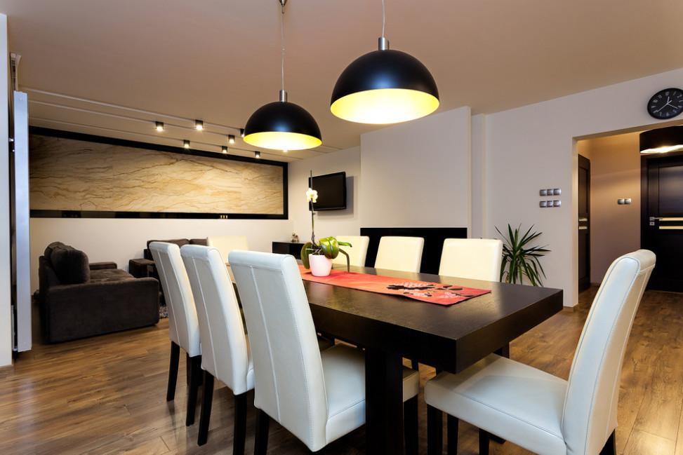 Comedor moderno con sillas blancas fotos para que te for Adornos modernos para comedor