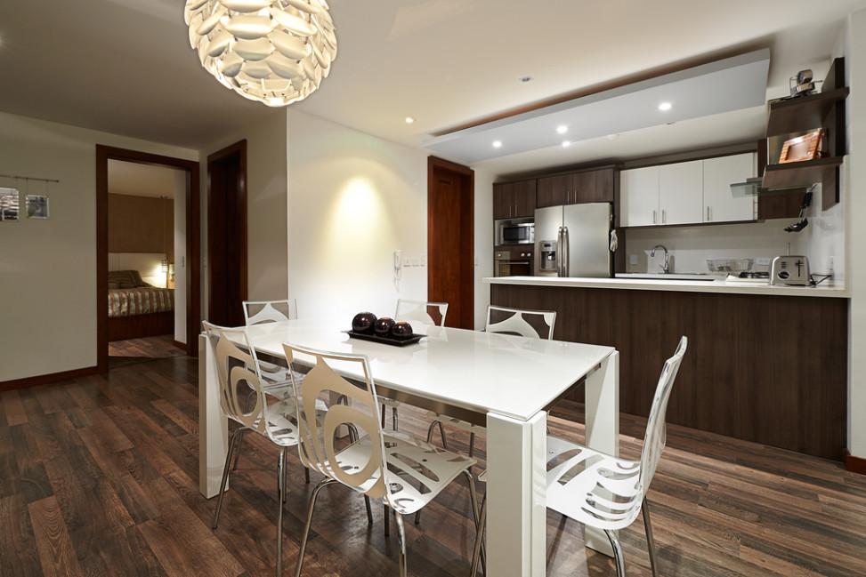 Comedor r stico con sillas modernas fotos para que te for Sillas blancas modernas para comedor