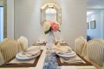 Comedor vintage con pared empapelada