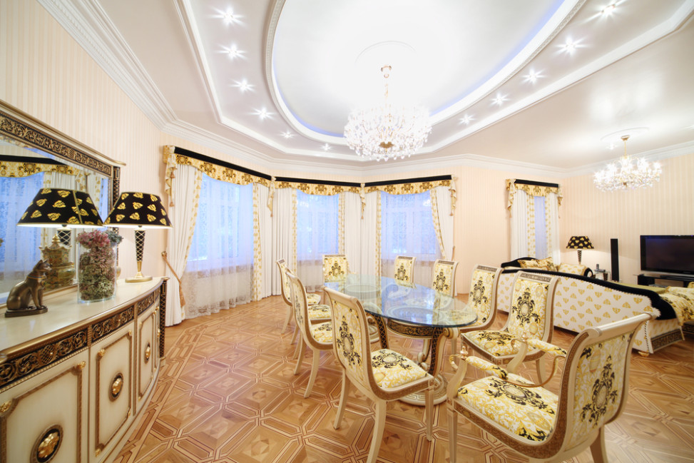 Sal n comedor cl sico con elementos en blanco y dorado for Visillos para salon comedor