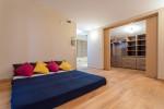 Dormitorio asiático con parquet de color claro