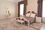 Dormitorio clásico con cama y tocador