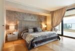 Dormitorio clásico con pared enlucida