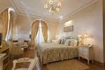 Dormitorio clásico con lámpara de araña