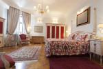 Dormitorio clásico de tonos rojizos