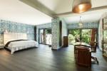 Dormitorio con paredes estampadas y suelo de madera