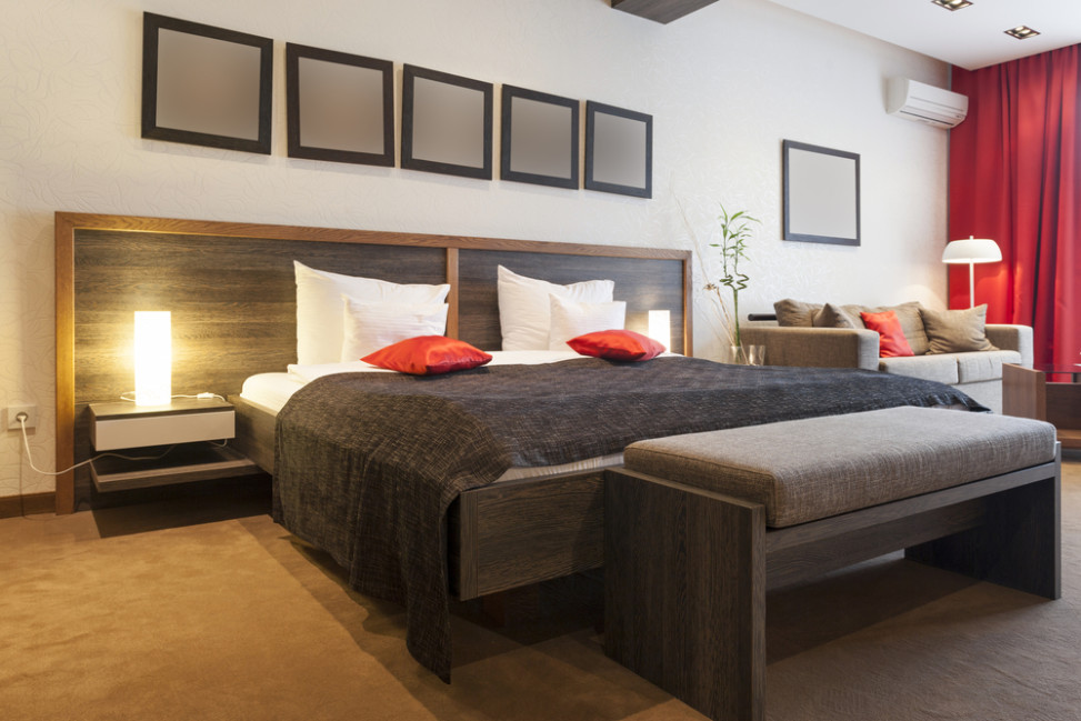Dormitorio con suelo de moqueta y colores marrones y rojos - Suelos de moqueta ...