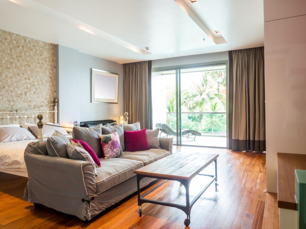 Dormitorio con suelo de parquet y cama vintage fotos para for Dormitorios grandes decoracion