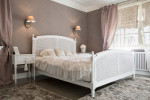 Dormitorio de estilo femenino con cama clásica blanca