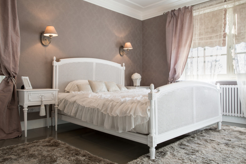 Dormitorio de estilo femenino con cama cl sica blanca for Camas blancas de madera