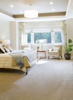 Dormitorio de tonos beige con moqueta