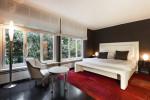 Dormitorio ecléctico con suelo de moqueta roja