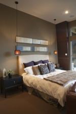 Dormitorio ecléctico con tonos marrones