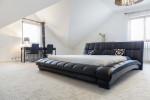 Dormitorio minimalista con cama de grandes dimensiones