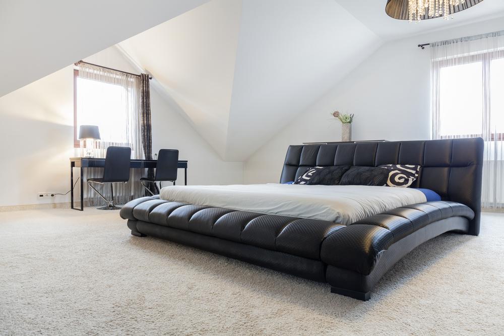 Dormitorio minimalista con cama de grandes dimensiones for Cama minimalista