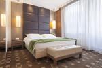 Dormitorio moderno con moqueta estampada