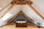 Dormitorio nórdico con predominio de madera