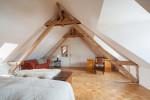 Dormitorio nórdico con suelo de madera