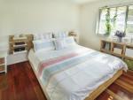 Dormitorio nórdico con elementos de madera