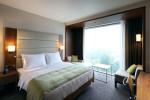 Dormitorio pequeño con gran ventanal