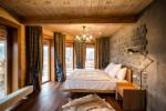 Dormitorio rústico con revestimiento de piedra