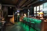 Bar clásico con barra iluminada