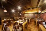 Bar de estilo industrial con suelo de madera