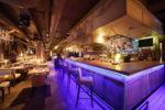Bar ecléctico con barra iluminada