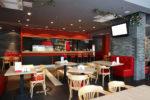 Bar eclectico con suelo de gres