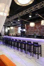 Bar estilo industrial con suelos blancos