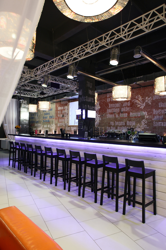 Bar estilo industrial con suelos blancos fotos para que for Bar de madera para sala